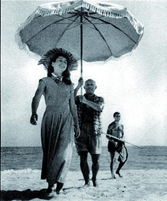 Pablo Picasso, Françoise Gilot y Javier Vilató, sobrino de Picasso. Habituales de la Playa del Muerto. 1948, Golfe-Juan